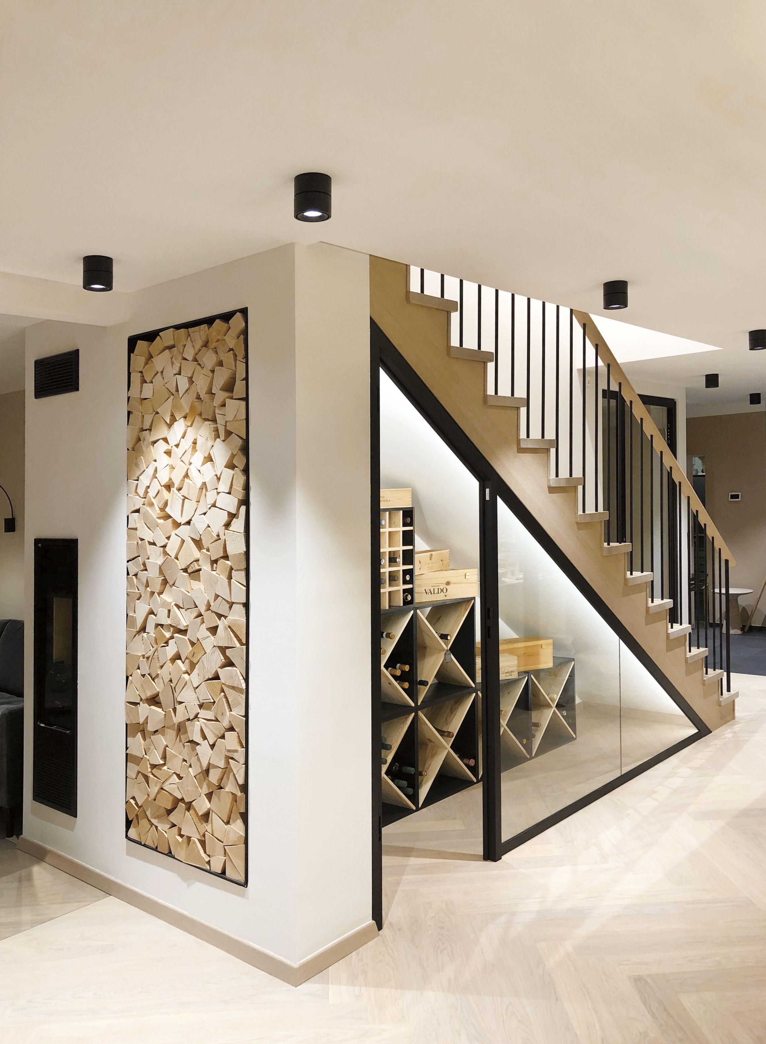 Klara - Treppe mit Weinkeller